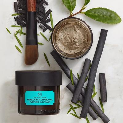 KHÁM PHÁ MẶT NẠ THE BODY SHOP HIMALAYAN CHARCOAL PURIFYING GLOW MASK